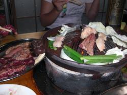 鉄板の下は炭火なので肉の香りが自然です