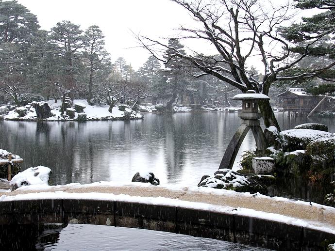 雪化粧した兼六園とことじ灯籠