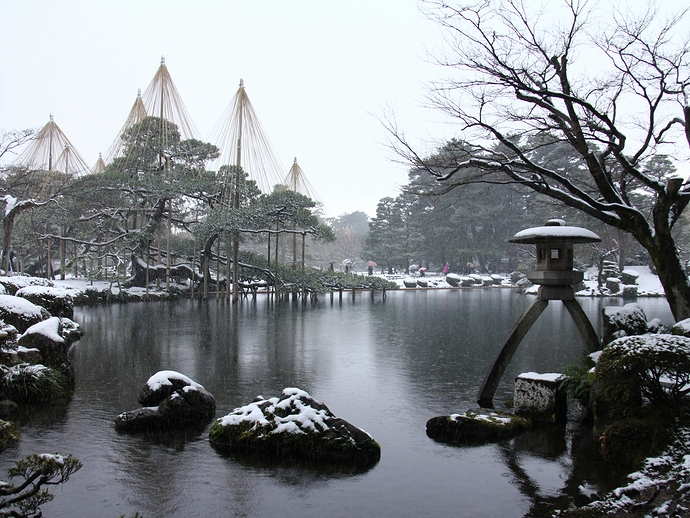 冬の兼六園 ことじ灯籠と雪吊りと