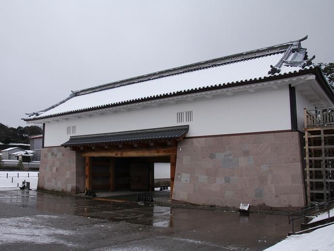 冬の金沢城河北門