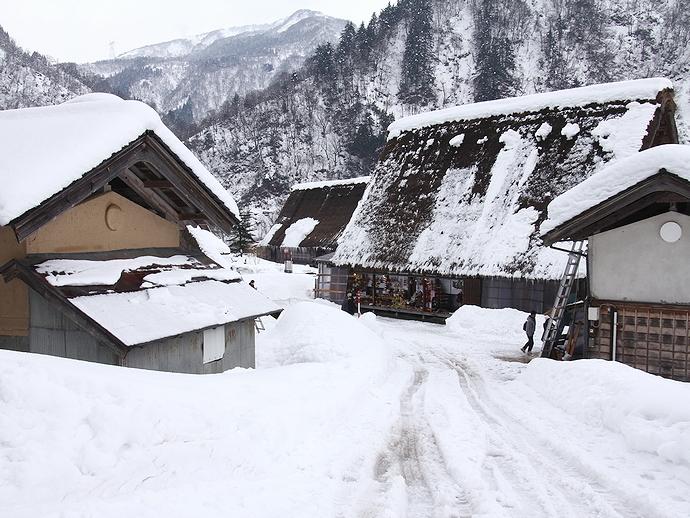 雪の積もる菅沼合掌集落の様子