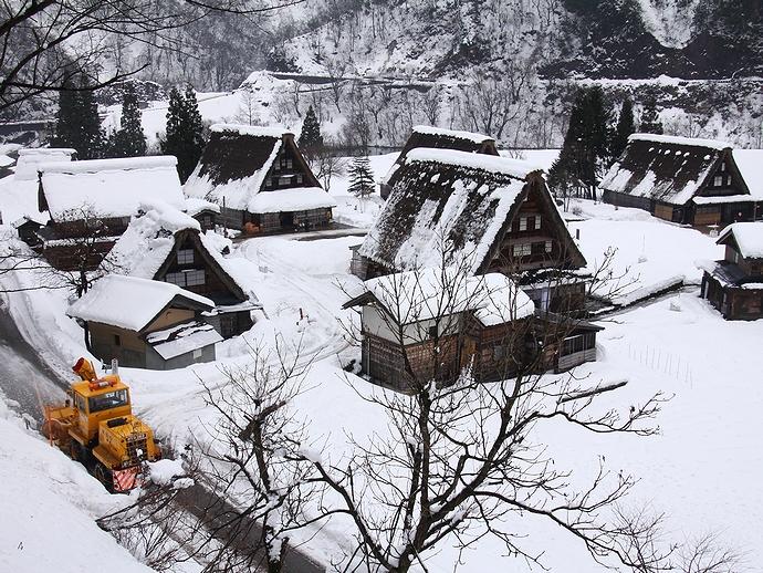 合掌集落の除雪シーン(菅沼)