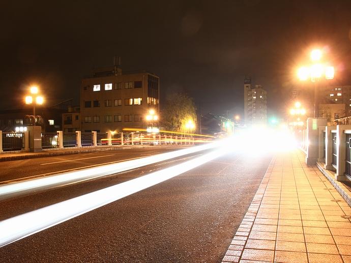 夜の浅野川大橋 光の軌跡