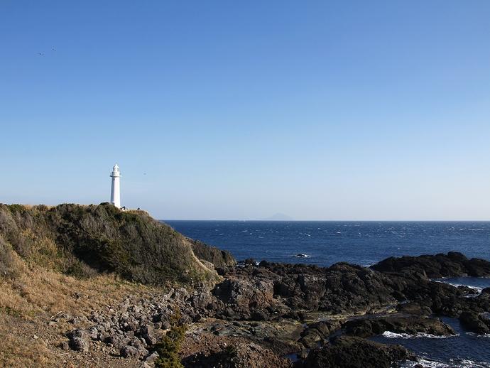 快晴の伊豆・爪木埼灯台 利島も見えます