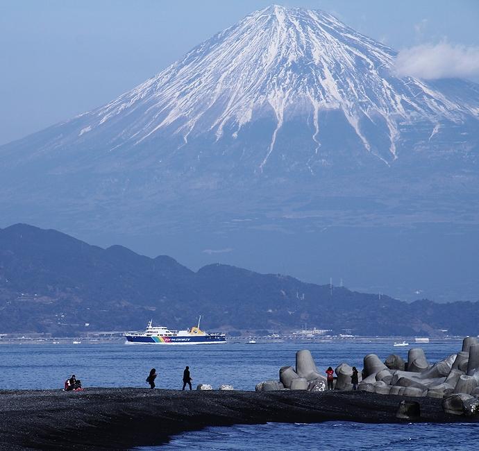 海越しの富士山 三保の松原より