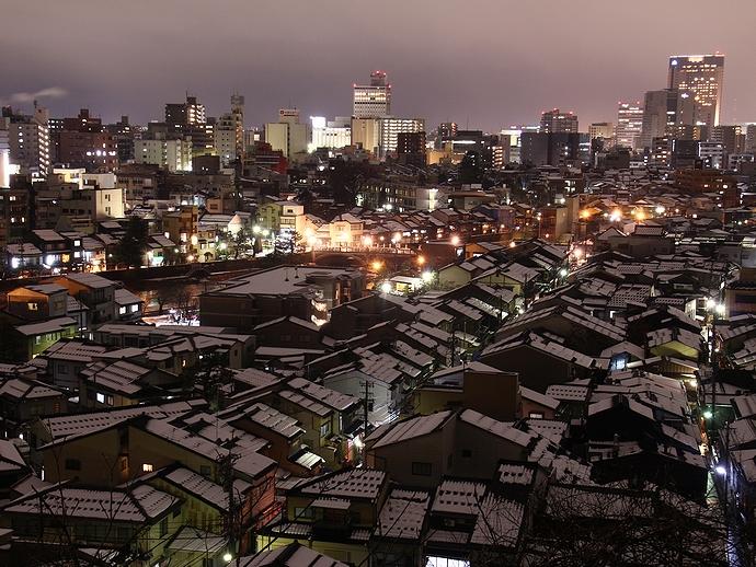雪の積もった金沢の夜景 卯辰山宝泉寺より