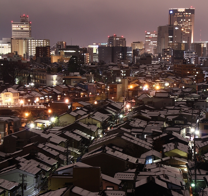 金沢の夜景 卯辰山より黒瓦の町