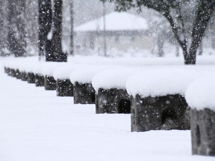 公園の車止めに雪帽子 金沢市太陽が丘