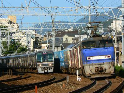 EF200-10 貨物列車 207系と併走 撮影地:さくら夙川~芦屋