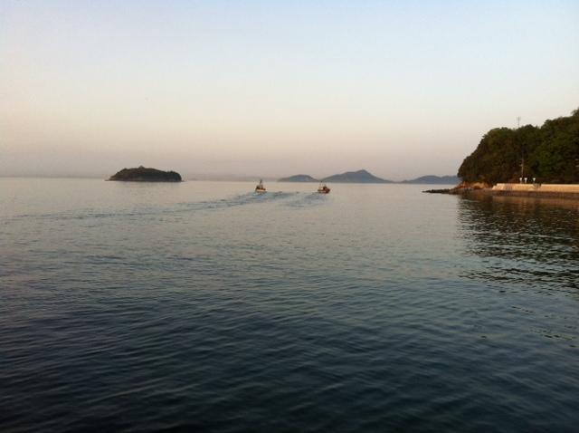 網ひく漁船