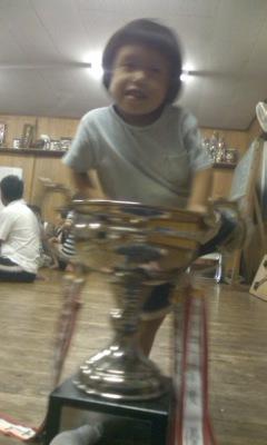 優勝カップでハシャグ3男
