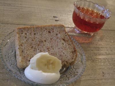 バナナとクルミのシフォンケーキとハーブティー
