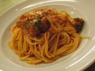 サーモンとブロッコリーのトマトソースパスタ
