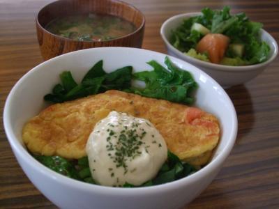 サーモンとほうれん草のオムレツ丼