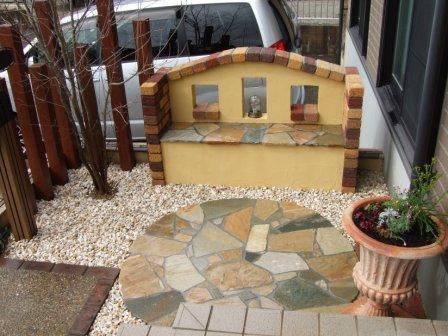 レンガと石のベンチとテラコッタ植栽