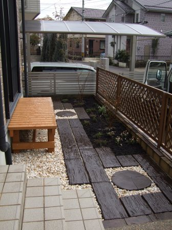 ウッドベンチと枕木