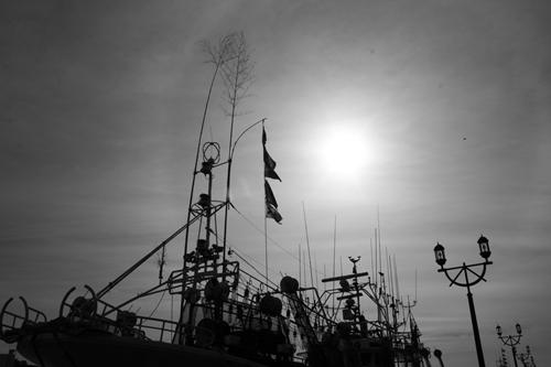 漁船と太陽