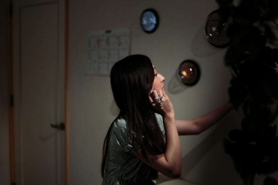 【ウルトラマンメビウス】ミサキ女史の写真特集、電話中のミサキ女史2