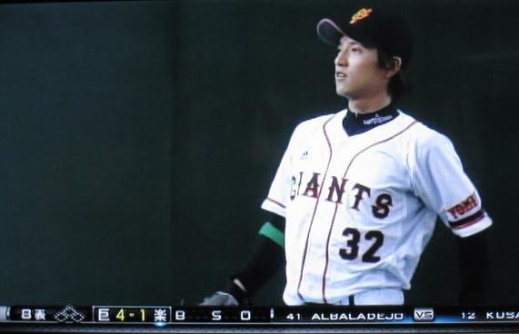 8回の守備前に<br>キャッチボールする松本選手
