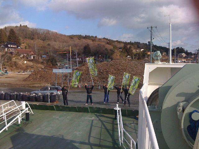 船着き場での別れ。最後まで手を振る住民の皆さん