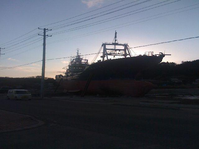 気仙沼フェリー乗り場近くに打ち上げられた漁船