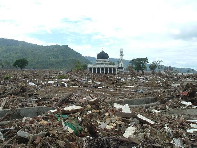 モスク以外何もが破壊され、一面瓦礫の山だった。当時被災現場の写真を繰り返し、経世のために語り続けたが、ほとんどの日本人は無関心だった。東日本大震災の現実を経験するまでは。