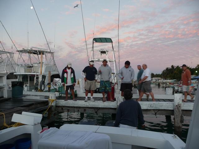 月夜があける波止場には巨大カジキを目指す釣り人が集結
