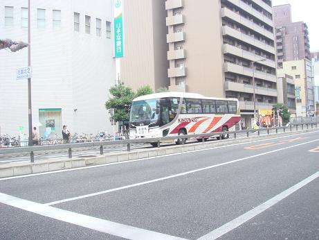 収容バス3台のうちの1台