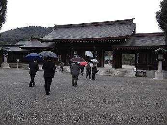 橿原神宮の正面入り口へ