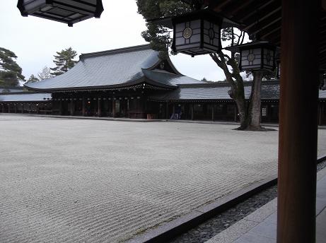 橿原神宮内拝殿の中庭