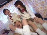 女子校生のルーズソックス 首絞め 足コキ