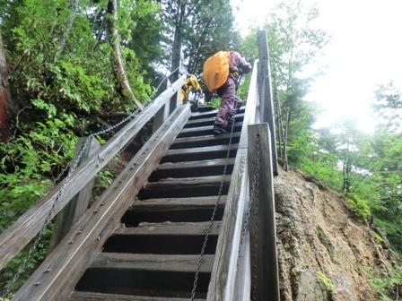 ④滝への階段
