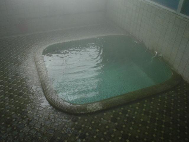 待ち構えるのはシンプルな浴室です!