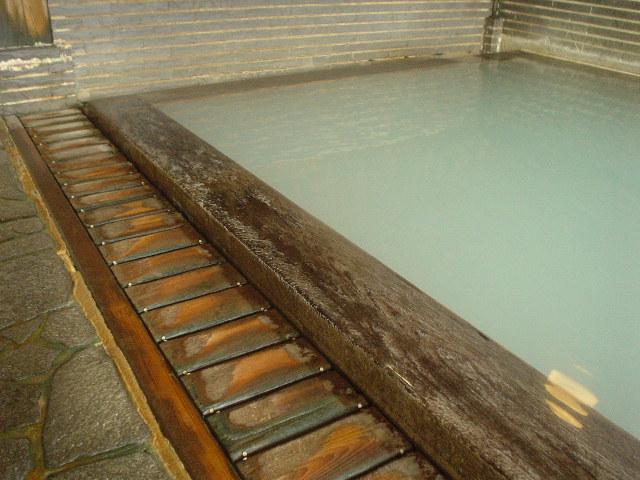 美しい木造の浴槽