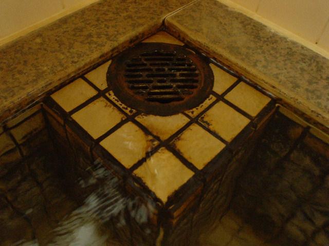 角にある廃湯溝