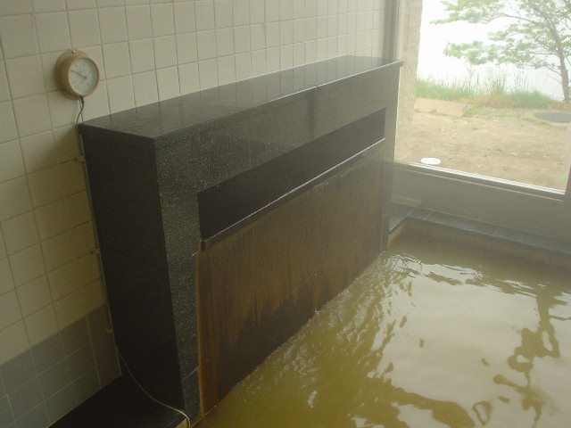 メイン浴槽の湯口は幅広