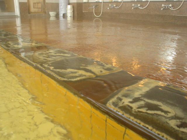 床は赤茶に変色してます