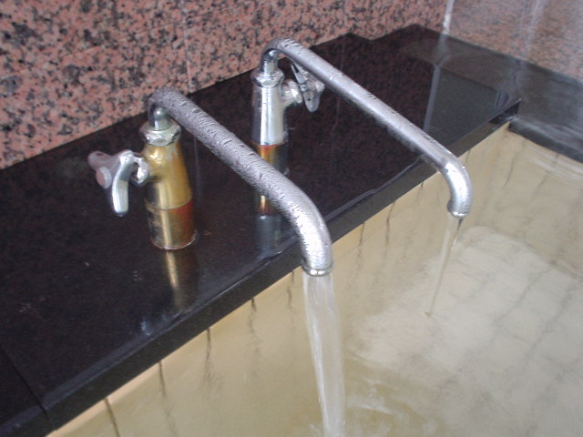 左側の蛇口の湯が一番フレッシュです!