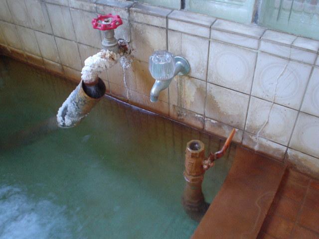 湯溜りから注ぐ湯と加温用カラン