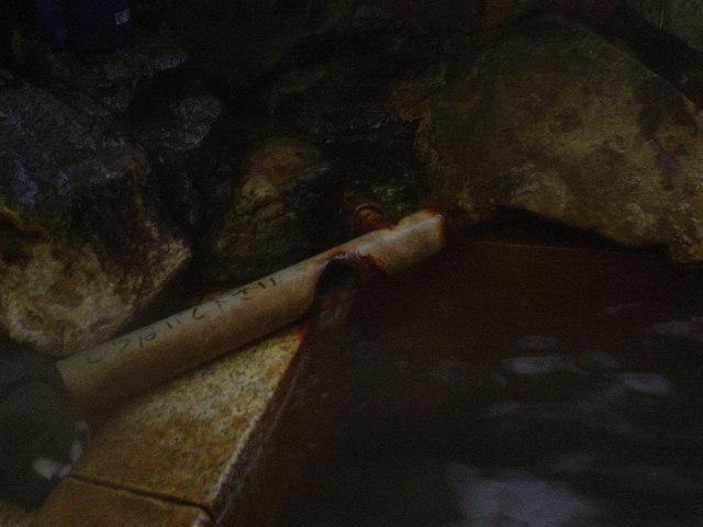 湯口から溢れるお湯はアチチ・・・。