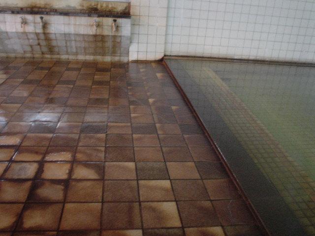 かけ流しで見事に変色した床!