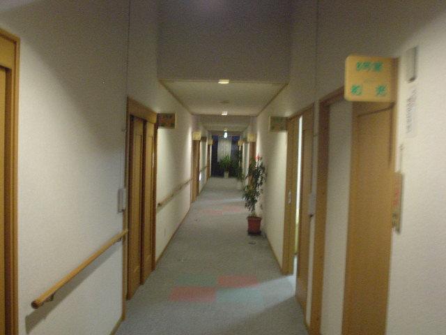 廊下両脇に並ぶ家族風呂全12室