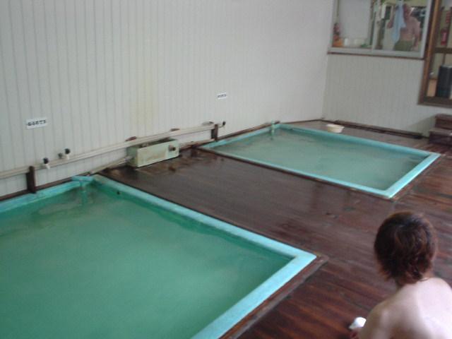 浴槽は二つ!湯温の違いは利用客次第!
