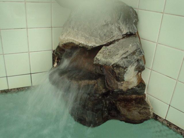 独特の岩湯口からはアチチの単純泉が!