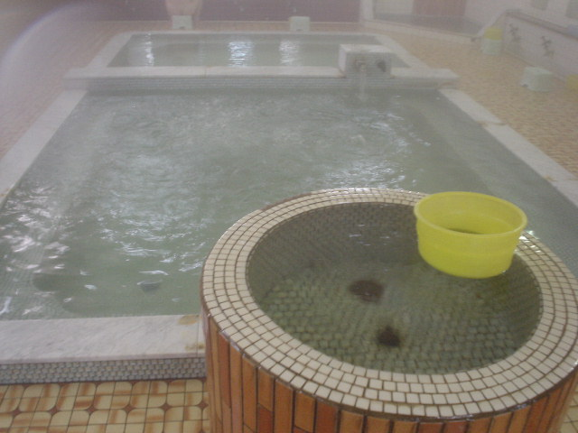 かけ湯・適温・熱めが並ぶ浴槽