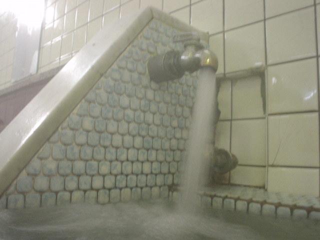 こっちの湯口は密かに硫黄臭がするんだなぁ~!