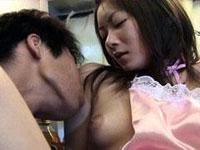 【無修正】新妻が裸エプロンでいたら前と後ろに野菜を!!