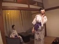 日日是熟エロ:温泉宿で美人痴女二人のダブルフェラ奉仕。乱れた浴衣で必死にしゃぶる姿がたまらんエロい