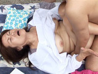 段腹熟女 【フケ専・デブ専・熟女】:【無修正】布団敷かれたらところかまわず盛り上がっちゃうのかな?な、段腹お母さん!