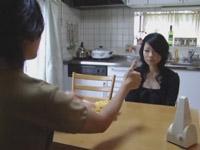 日日是熟エロ:キッチンで美乳の若奥様を催眠術にかけて、ねっとりフェラチオ